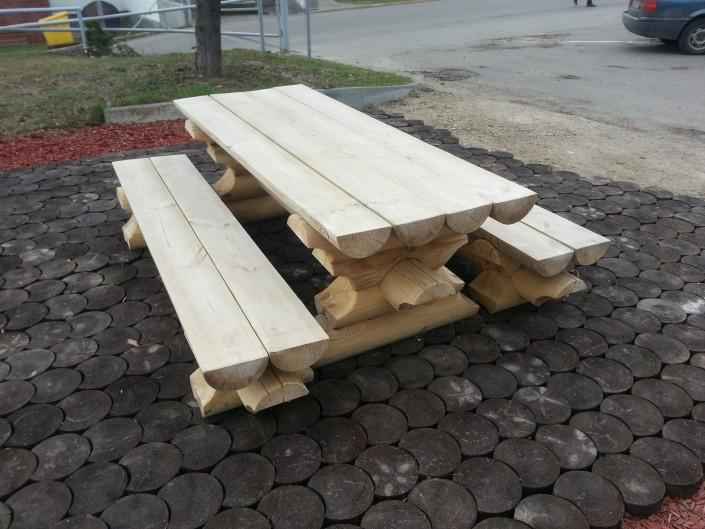 Lauko stalas su suolais iš šonų